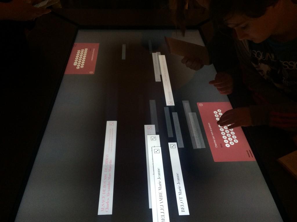 Table tactile de recherche documentaire