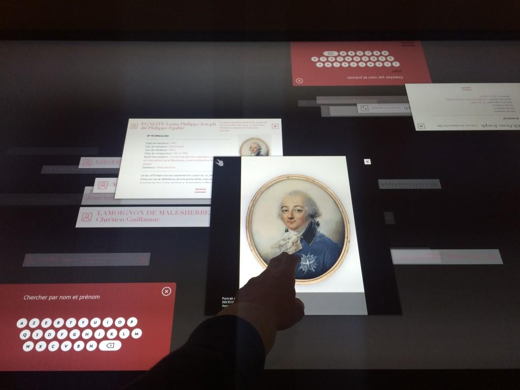 Table tactile de consultation d'archives documentaires historiques